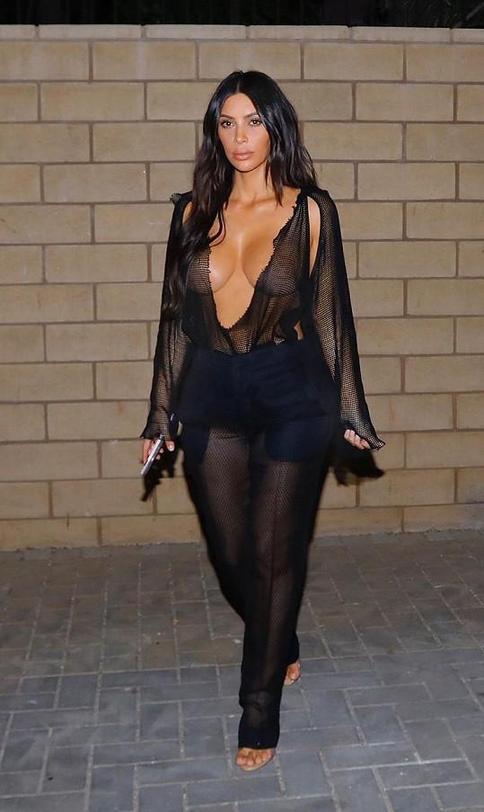 Kim Kardashian podprsenku nepotřebuje.