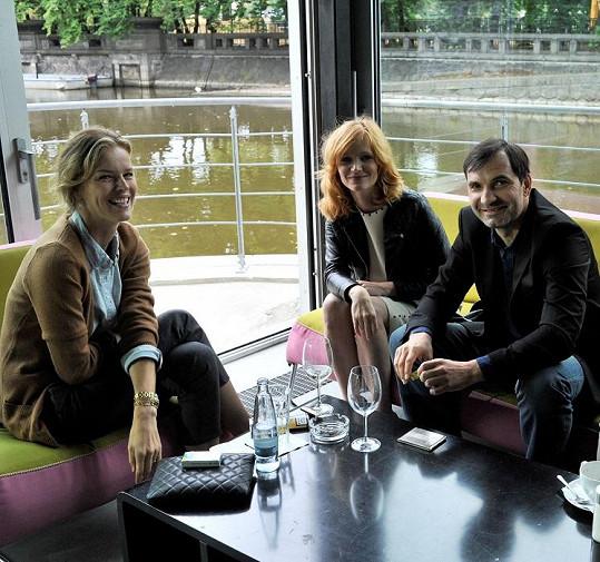 Eva Herzigová s Aňou Geislerovou a Jiřím Macháčkem právě natáčejí film.