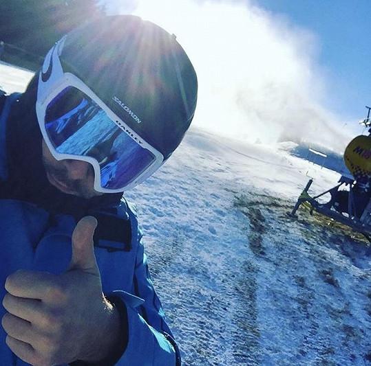 Zpěvák je i zdatný lyžař, takže doufá, že bude na Slovensku sníh.