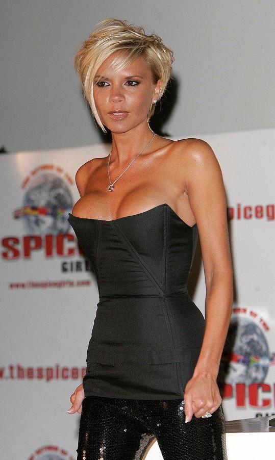 Victoria několikrát během kariéry změnila image. Umělá prsa a krátké odbarvené vlasy jí dlouho nevydržely.