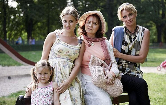 Tereza Antony, Emma Smetana, Libuše Šafránková a Ivana Chýlková ve filmu Donšajni (2013)
