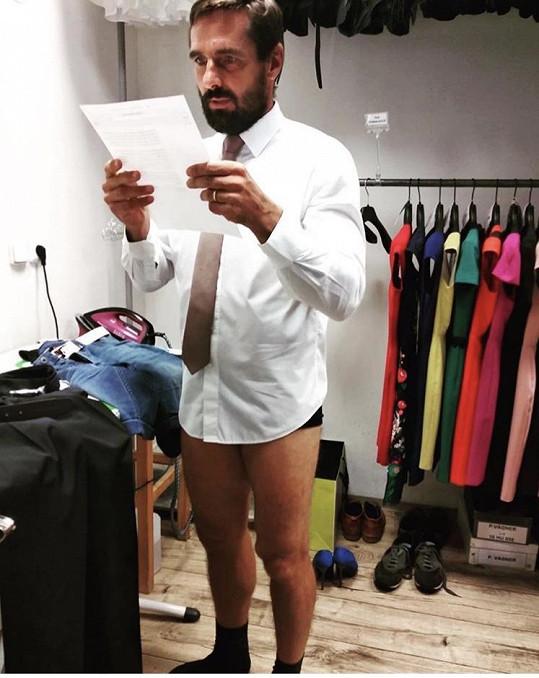 Teď Roman pro změnu postoval fotografii, kde je oblečený jen napůl.