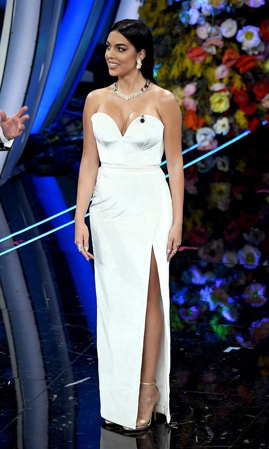 Georgina Rodríguez oslnila na italském hudebním festivalu hned v několika modelech.