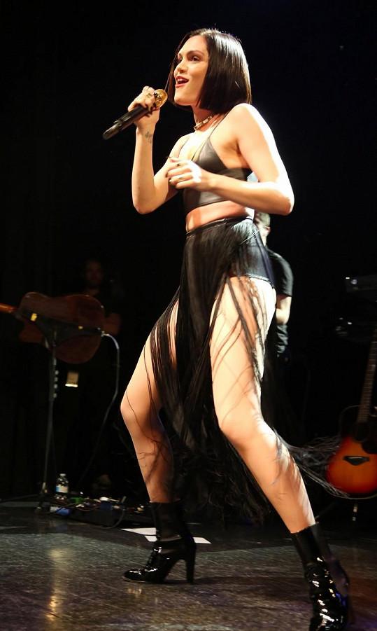 Zpěvačka se objevuje v úsporných modelech i na koncertech.