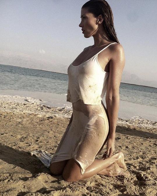 Na jiné fotce jí přiléhavé šaty odhalují dokonalé křivky.