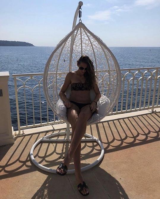 Karolína Plíšková si stále užívá v Monaku. Levou ruku už ji zdobí snubní prstýnek.