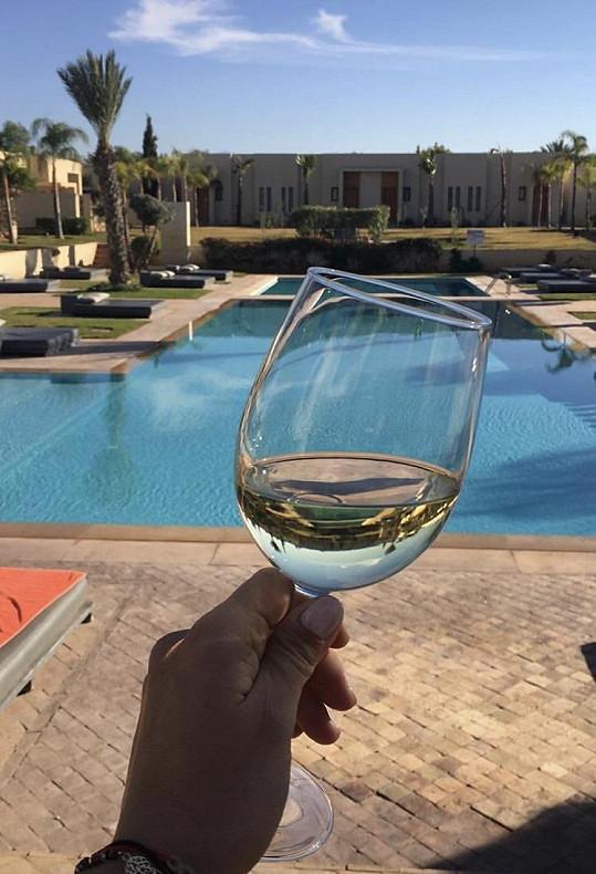 Sklenička vína u hotelového bazénu