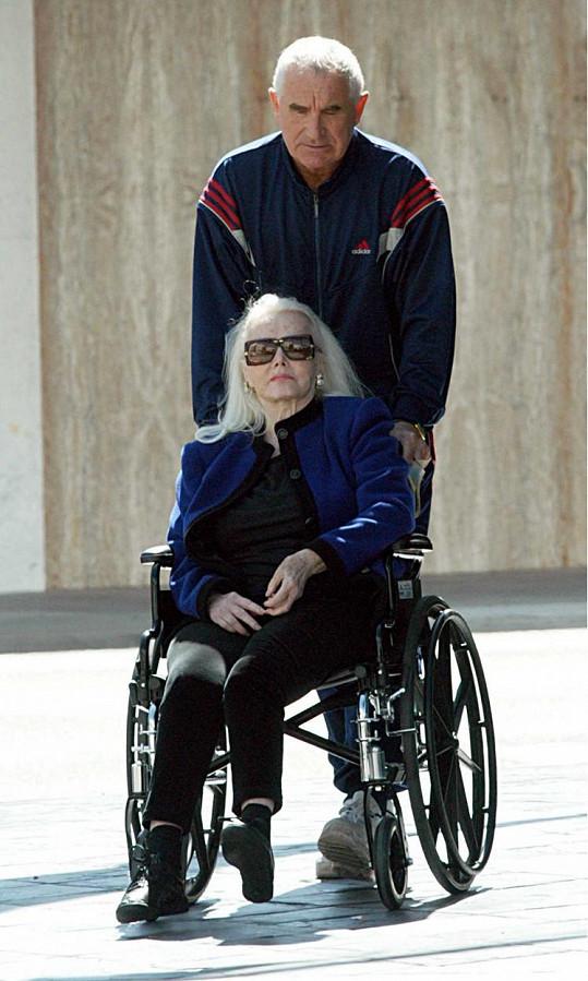 O herečku se trpělivě stará její manžel Frederic von Anhalt. Zde na snímku z roku 2003.