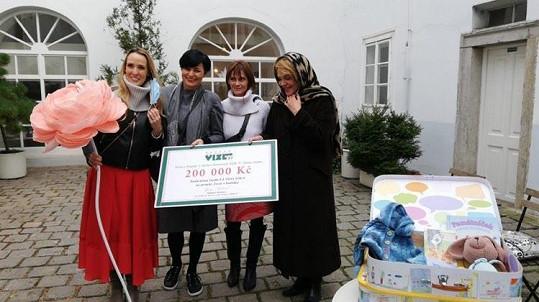 U předání byla také kmotra projektu Život v kufříku, herečka Klára Trojanová (druhá zprava).