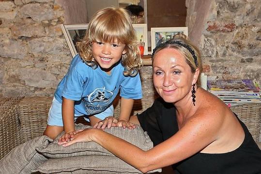 Jako by příběh o užívání tvrdých drog dnes už ani nebyl pravda. Basiková si užívá života vedle svého čtyřletého syna Theodora.