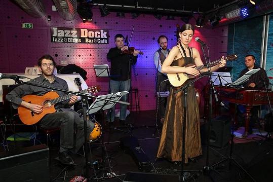 Koncert na břehu Vltavy.