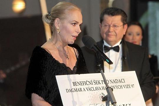 Dagmar Havlová s galeristou Miro Smolákem, od nějž převzala šek pro nadaci.