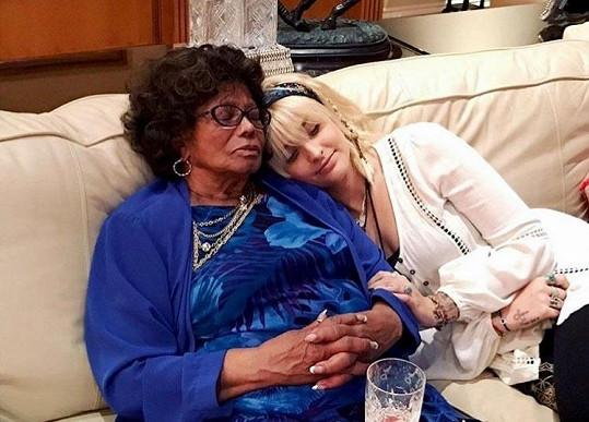 Katherine Jackson odebrali z péče vnoučata, sirotky po Michaelu Jacksonovi. Na snímku s vnučkou Paris