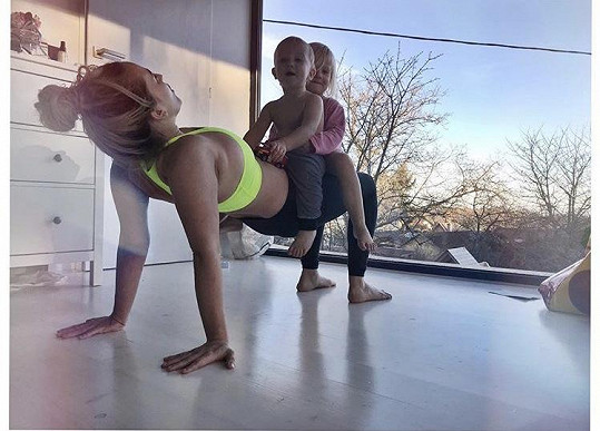 Tamara Klusová cvičí s dětmi na břiše.