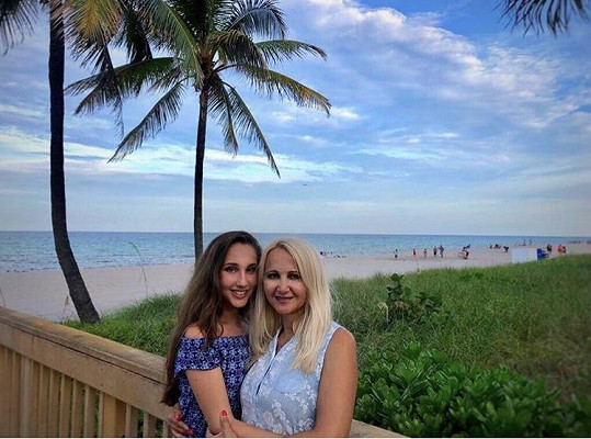 S maminkou Šárkou pod palmami