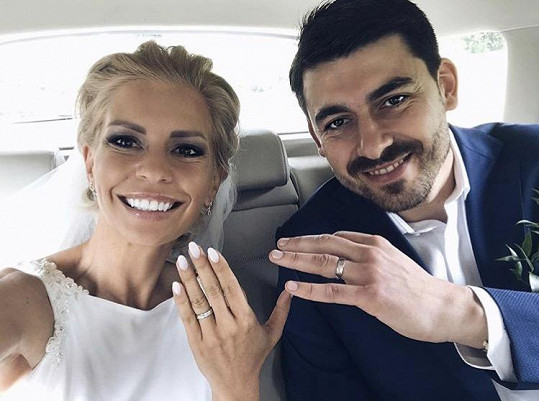 Ukázali snubní prstýnky.