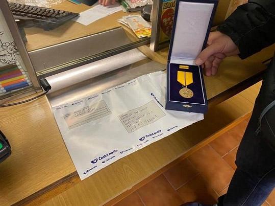 Metál, který dostal v roce 2016 poslal poštou.