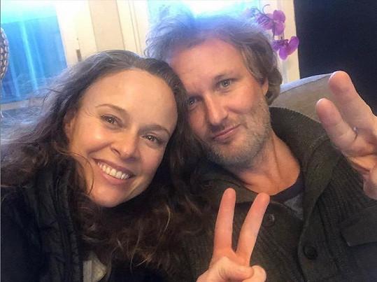 S manželem Gregem Steinbrunerem aktuálně žijí ve Skotsku.