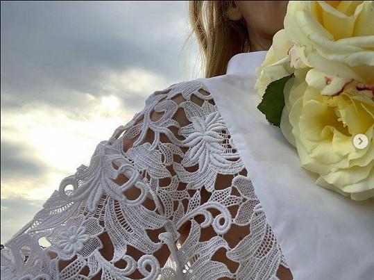 Kylie Minogue sdílela snímky v bílém a fanoušci šílí.