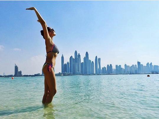 Iva je na dovolené v Dubaji.