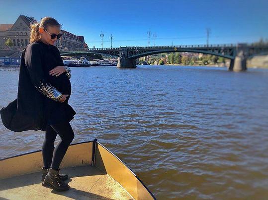 Těhotná zpěvačka se pochlubila rostoucím bříškem.