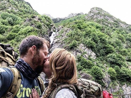 Vendula si užívá lásku v horách.