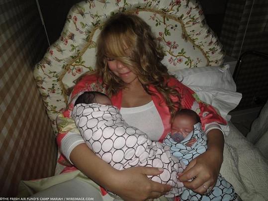 Mariah Carey s dvojčátky krátce po porodu.