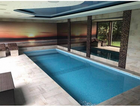 Doma má i vnitřní bazén.