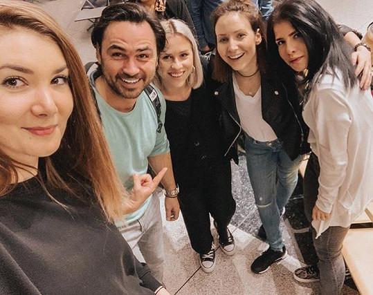 Veronika Arichteva s manželem se na letišti v Praze potkali s Marianou Prachařovou (uprostřed) a jejími kamarádkami.