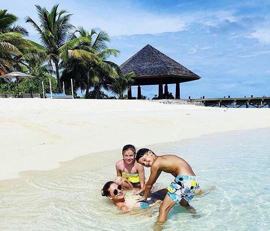 S rodinou si užívá na Maledivách.