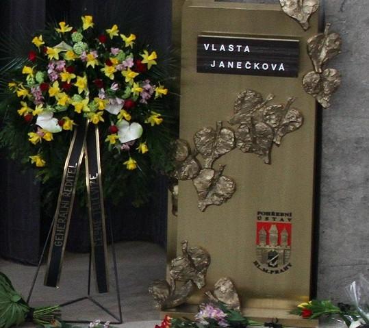 Věnec poslal i generální ředitel České televize Petr Dvořák.