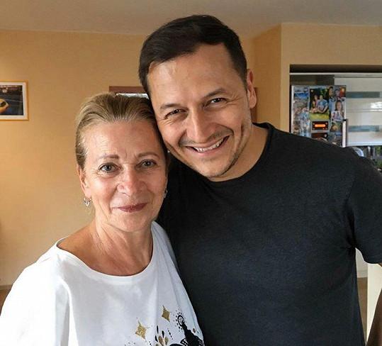 Vojtěch Bernatský maminku kvůli koronaviru neviděl půl roku.