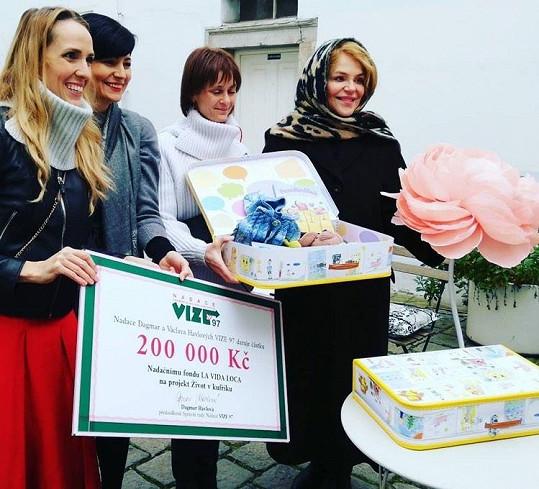 Bývalá první dáma předala za Nadaci Dagmar a Václava Havlových VIZE 97 šek na 200 tisíc korun. Projekt pomáhá vyrovnat se v dospívání dětem se skutečností, že je jejich biologičtí rodiče odložili.