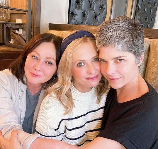 Nemocná herečka má velkou podporu neméně slavných přátel. Na snímku s Shannen Doherty (vlevo) a Sarah Michelle Gellar