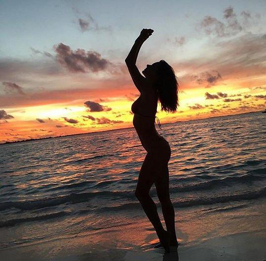 Alessandra vyrazila na Maledivy.