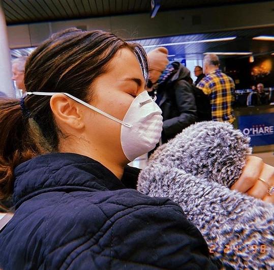 Selena Gomez cestovala pouze v rámci USA, ale i tak byla raději opatrná.