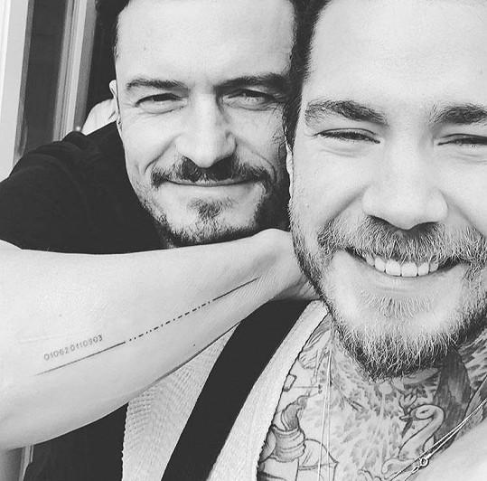 Orlando se svým tatérem, který až moc důvěřoval slavnému herci při tvorbě tetování.
