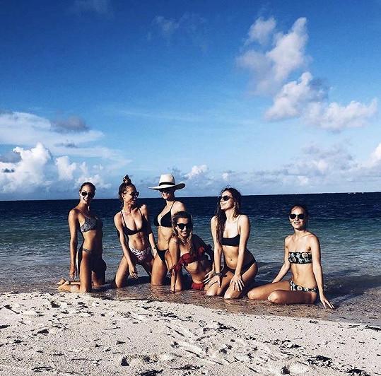 Nikola s kamarádkami na Seychelách.