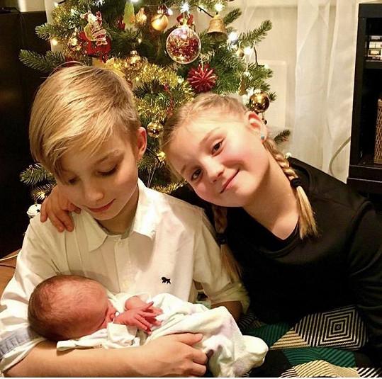 S bývalým manželem má desetiletá dvojčata Magdalenu a Josefa.