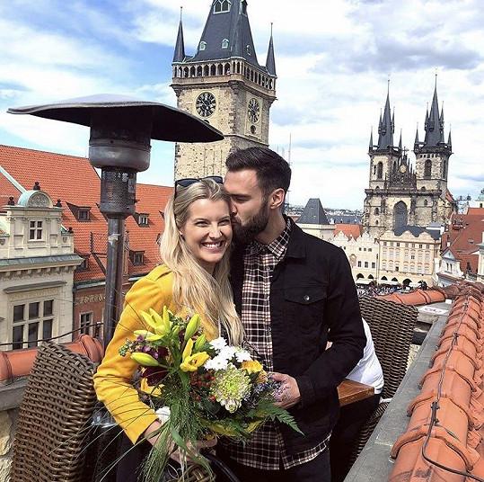 Tim jezdí do Prahy jen sporadicky. Spíš se za partnerem vydává Jitka.