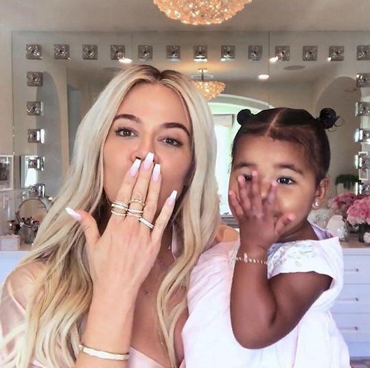 Ve videu se s Khloé ukázala i dcera True.