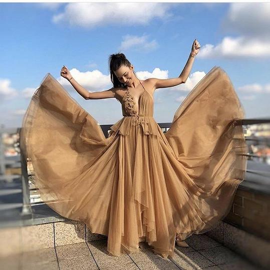 U sourozenců Ponerových nedávno vybírala šaty na nadcházející Československý ples.