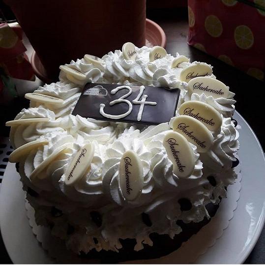 Agáta dnes slaví 34. narozeniny. Od mámy Veroniky dostala dort.