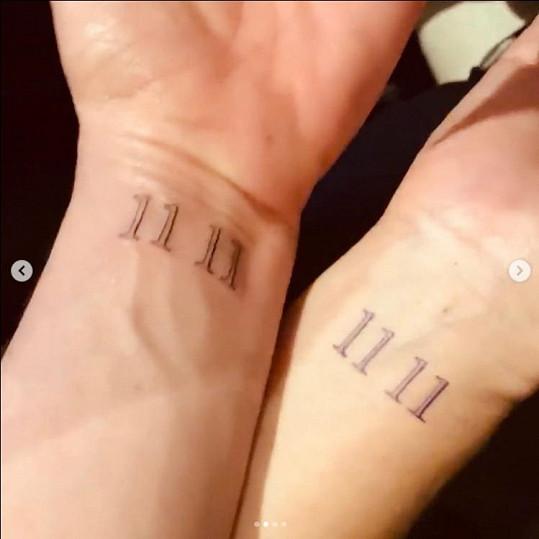 """""""11 11"""" toto tetování pojí Jennifer Aniston s kamarádkou."""