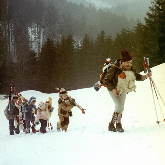 Marek Dvořák jako Bertík (první zleva) v komedii S tebou mě baví svět (1982) společně s ostatními dětmi