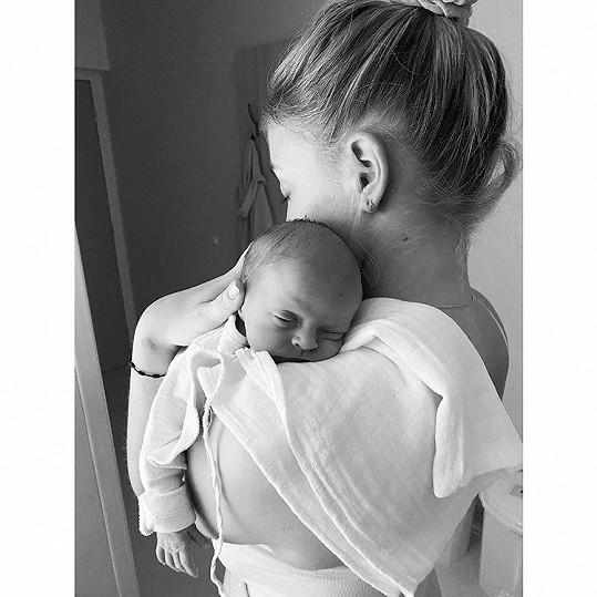 Své první dítě zpěvačka porodila před týdnem.