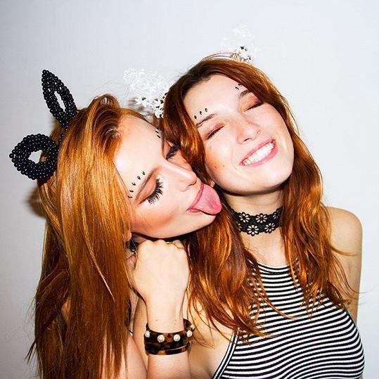 Bella na provokativní fotce se sestrou Dani