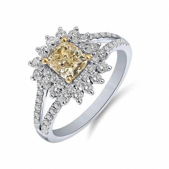 Tento zásnubní prsten nyní zdobí prsteníček Jitčiny levé ruky.