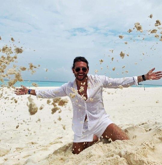 Na Maledivy odletěl se svou přítelkyní.