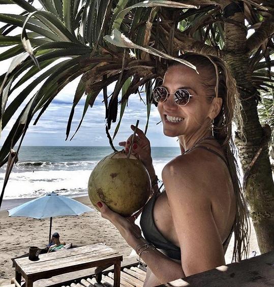 Dara si užívá v exotice měsíční dovolenou.